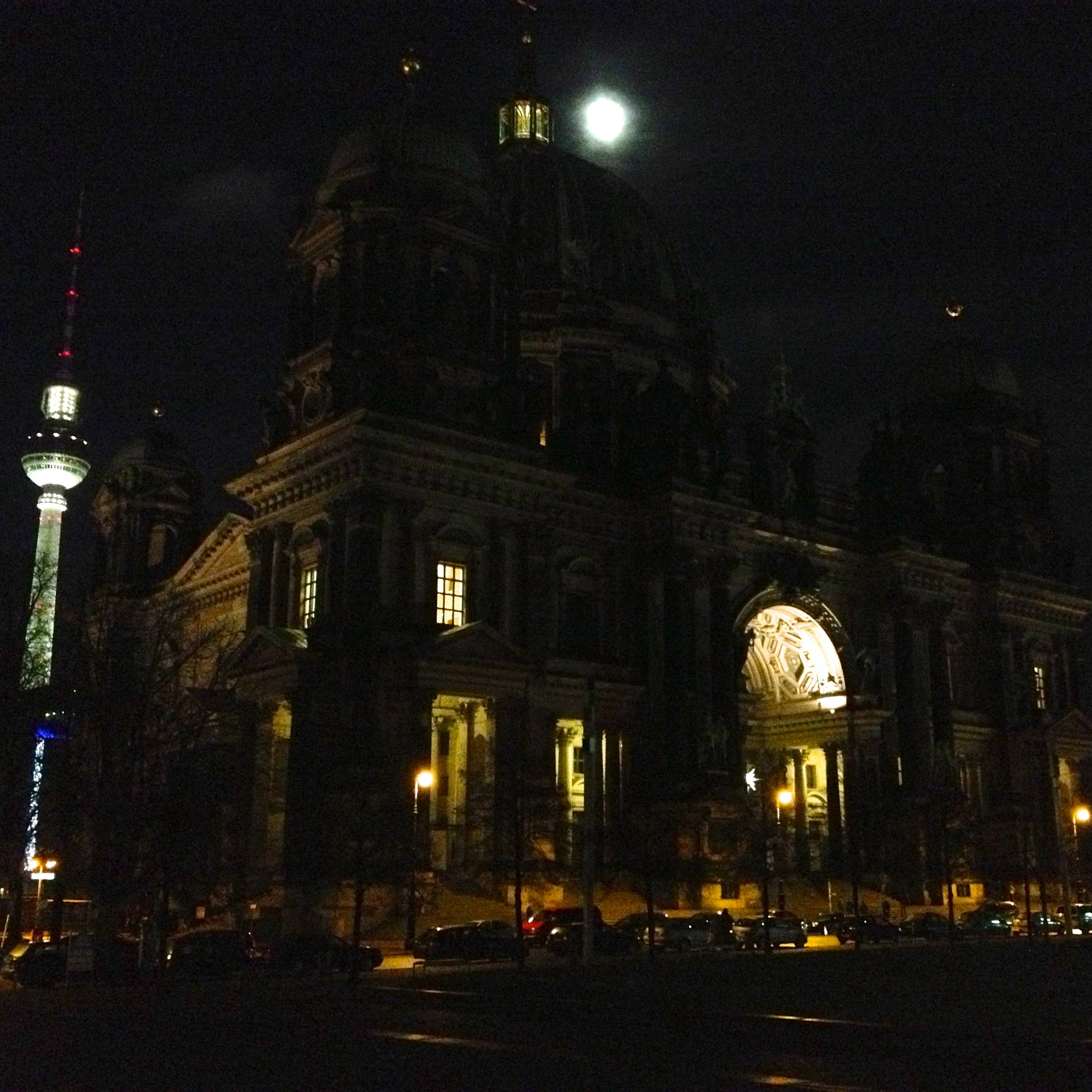 Full moon, behind the cathedral